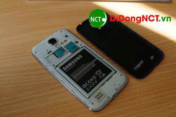 Sữa lỗi điện thoại lên nguồn nhưng không lên màn hình bằng cách nhấn giữ nút nguồn hoặc tháo pin