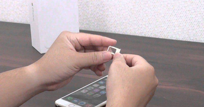 Cắm thẻ nhớ, thẻ sim sai cách hoặc thẻ bị lỗi trong quá trình sử dụng cũng có thể gây tê liệt màn hình.